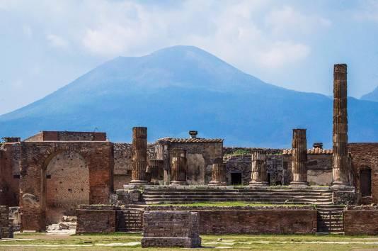 Pompeii werd bij een uitbarsting van de Vesuvius in het jaar 79 bedekt onder een laag as. Daardoor is veel van het stadje bewaard gebleven.