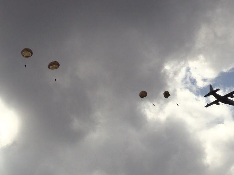 160 Rode Baretten springen uit een vliegtuig boven de Ginkelse Heide