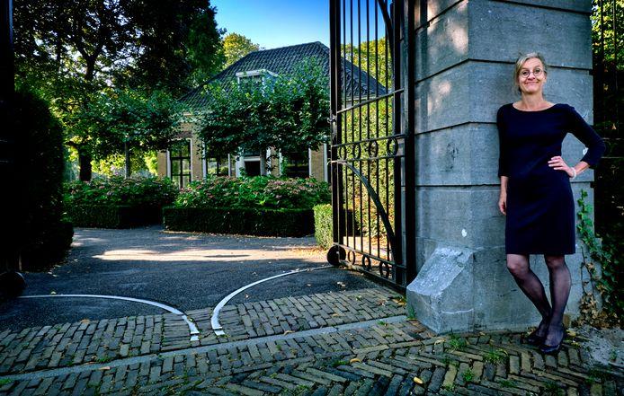 Anne Goossensen bij de poort van Villa Tröst, waar op 4 mei de Dordtse Joden herdacht worden.