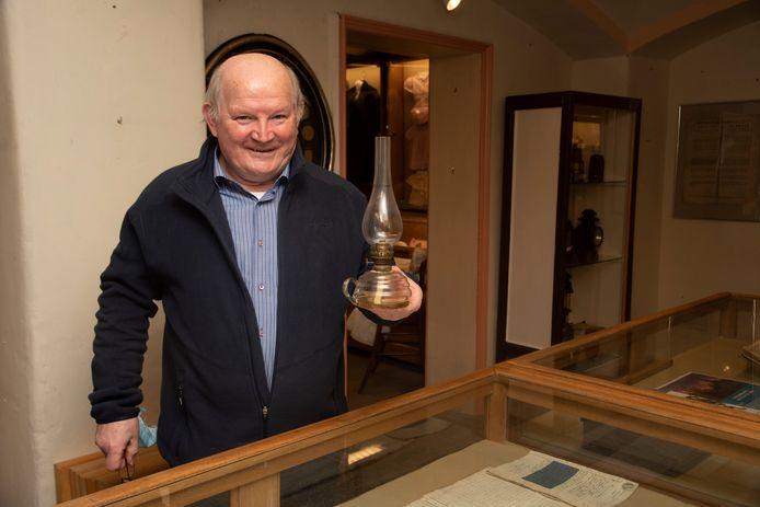 Hubert Keuppens heeft een expositie rond openbare verlichting samengesteld.