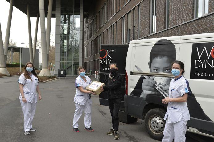 Changying Wu kwam de foodboxen afgeven aan het zorgpersoneel van het AZ Maria Middelares.