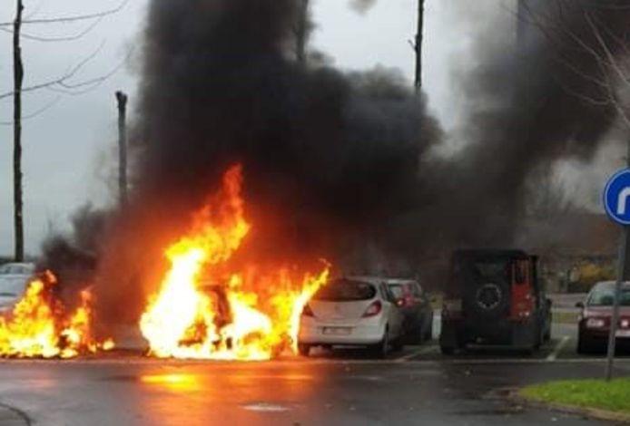 De voertuigen brandden een voor een uit.