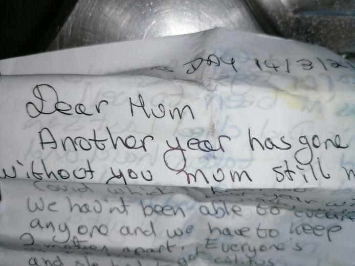 """""""Moederdag, 14 maart. Liefste mama, een nieuw jaar zonder jouw is alweer verstreken."""" Zo begint een emotionele brief uit een pillenflesje dat aanspoelde in De Panne."""