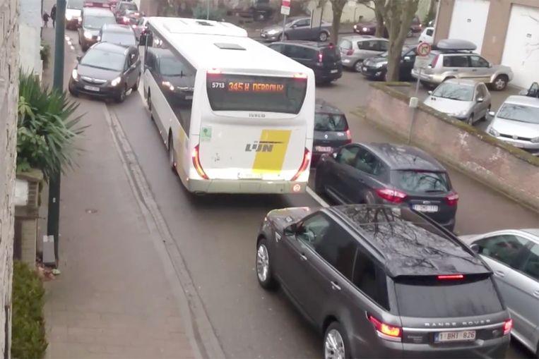 Door de parkeerstroken rechts van de baan blijft er nauwelijks plaats over voor het andere verkeer. Wanneer die elkaar dan ook nog eens moeten kruisen, wordt de situatie redelijk hallucinant.