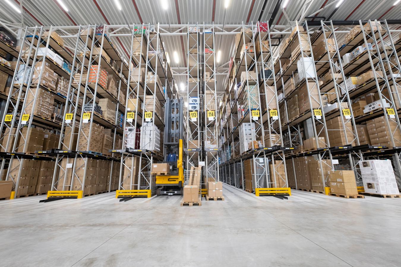 Het distributiecentrum van Wehkamp in Zwolle is volledig geautomatiseerd. Binnen een half uur is een order verzendklaar. Om de volgende dag pakketten te bezorgen moeten pakketdiensten vaak 's nachts alles verwerken.