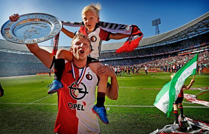 Dirk Kuyt met zijn zoontje op de schouders na het kampioenschap met Feyenoord.
