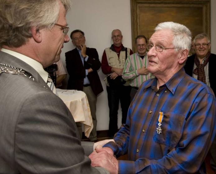 Toon van de Ven kreeg in 2010 een koninklijke onderscheiding uit handen van toenmalig burgemeester John Berends. foto ruben schipper