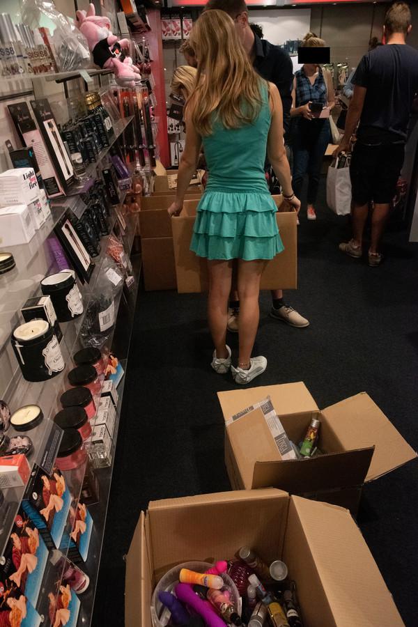 Grabbelen in dozen vol koopjes tijdens de uitverkoop van erotiekwinkel Pabo in Wetteren.