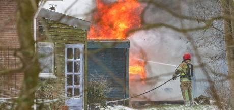 Bevroren brandkraan vergt extra inspanning tijdens  het blussen van een schuurbrand in Nagele
