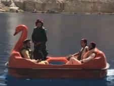 Scène étonnante en Afghanistan: les talibans armés font du pédalo sur un lac touristique