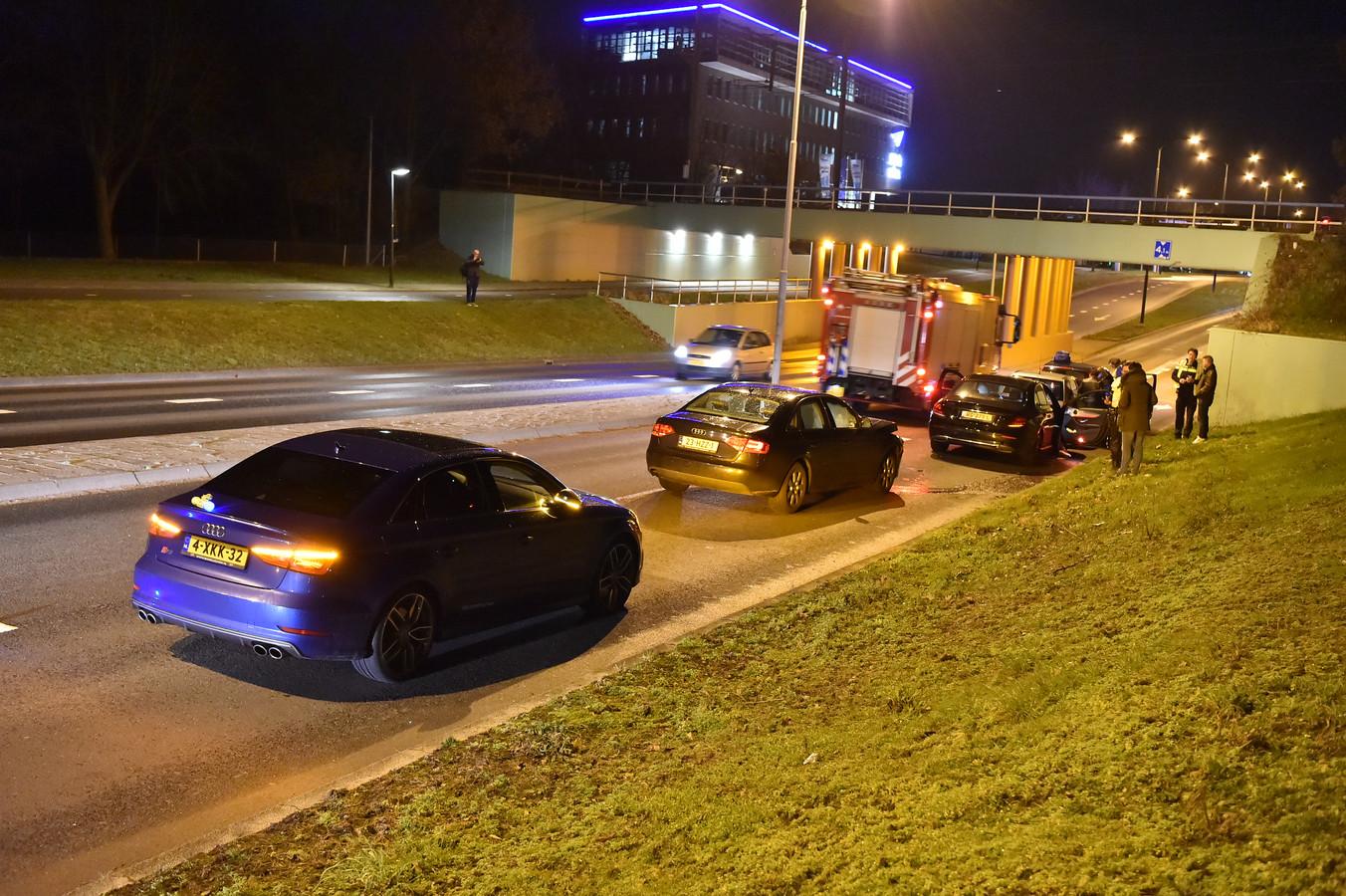 Vier auto's raakten met elkaar in een kop-staartbotsing in Apeldoorn. Niemand raakte gewond, maar alle vier de auto's hebben flinke schade.