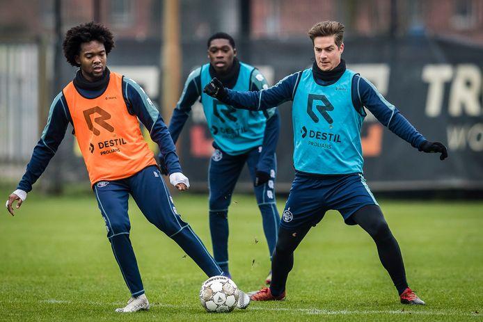 Jordens Peters (r) traint weer voluit mee bij Willem II, maar krijgt voorlopig geen basisplaats meer.