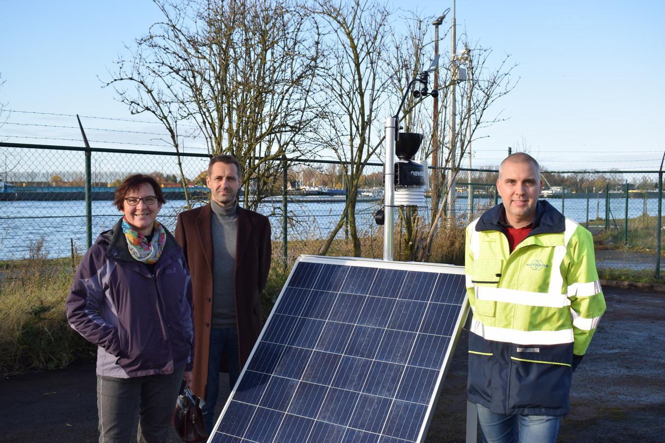Trees Ongenae, algemeen directeur van Sint-Laurens Geert Naessens en Mario Onselaere van Rain Carbon mochten het toestel vandaag in gebruik nemen.