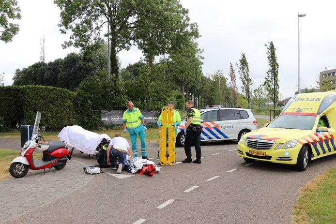De vrouw viel van haar fiets door een nog onbekende reden.