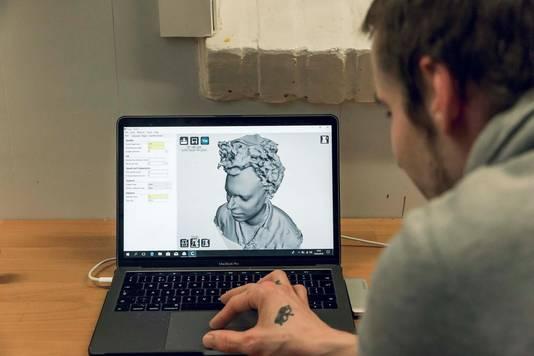 Op de laptop verschijnt een 3D-tekening van het hoofd.