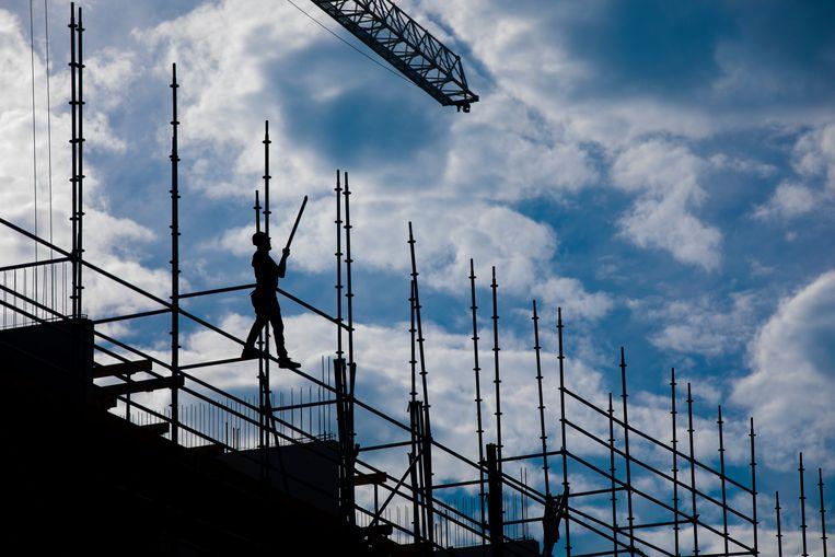 Een bouwvakker aan het werk op een bouwplaats aan de Westlandgracht.  Beeld ANP