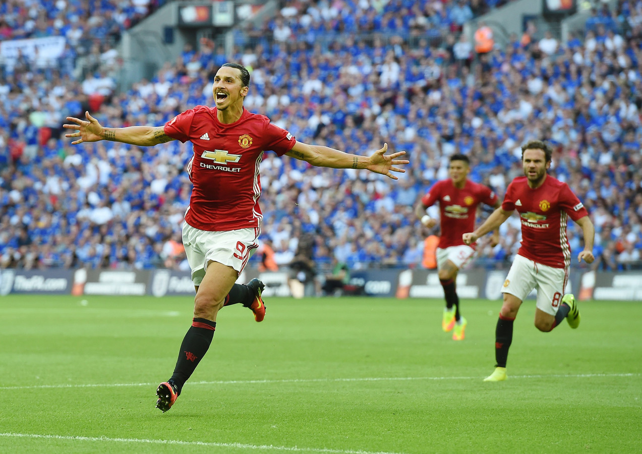 Zlatan Ibrahimovic juicht na zijn eerste goal voor Manchester United, waarmee hij zijn club direct de Community Shield bezorgde.