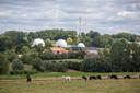 Nu zie je aan de Kesterheide de witte bollen van van het communicatiecentrum Satcom van de NAVO. In dit landschap zou zich de moordsage van De Tongsnijders der Heyde afgespeeld hebben.