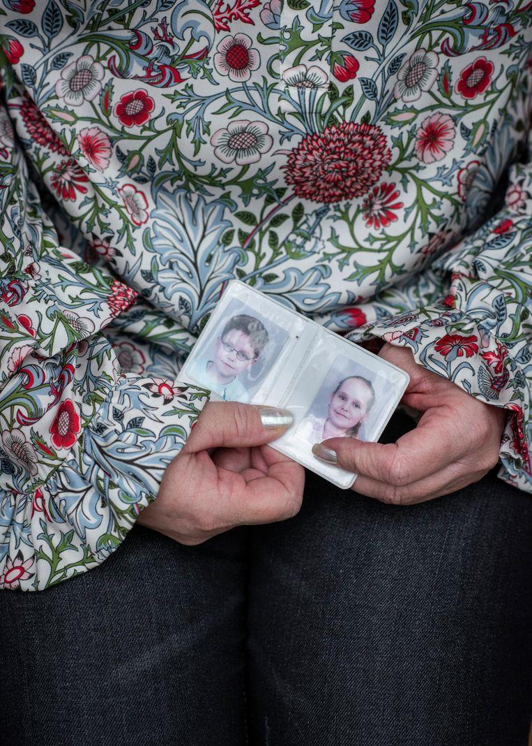 Moeder Jelena houdt een foto van haar tweeling als jonge kinderen vast.  Beeld Linelle Deunk