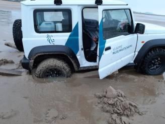 Terreinwagen van VMM rijdt zich vast op natte strand, redders steken stevig handje toe