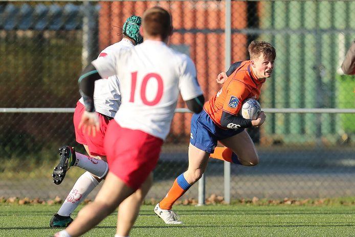 """Siem Noorman (rechts) aan de bal tegen Polen. ,,De rugbyfederatie gooide het duel met Zwitserland er pas heel laat af."""""""