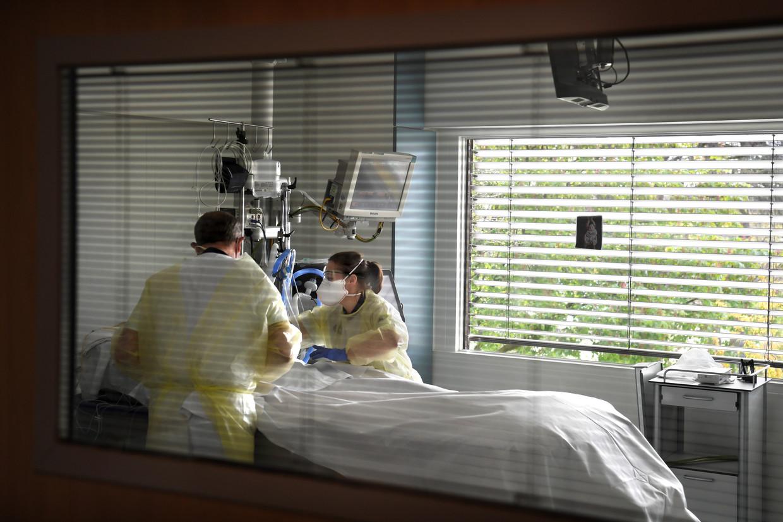 Intensive Care met coronapatiënt met verpleegkundige Isabelle. Beeld Marcel van den Bergh / de Volkskrant
