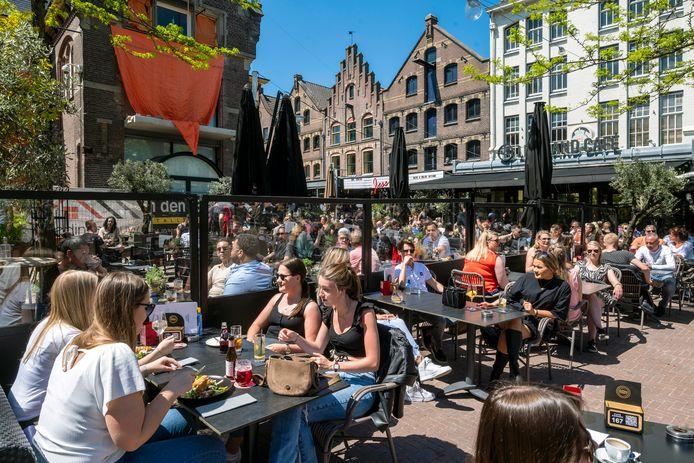 Volle terrassen op de Korenmarkt in Arnhem. Foto ter illustratie.
