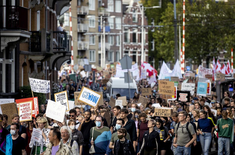 Demonstranten lopen van het Westerpark naar de Dam tijdens het Woonprotest, een demonstratie tegen de problemen op de woningmarkt.  Beeld ANP
