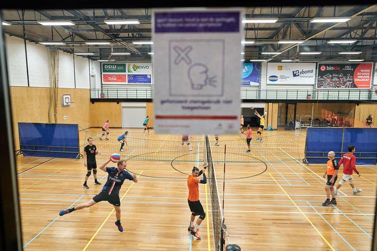 Trainingsavond van de mannen en vrouwen van volleybalclub Sovicos uit Den Haag. De 'soms malle' coronaregels worden op de koop toegenomen.  Beeld Phil Nijhuis