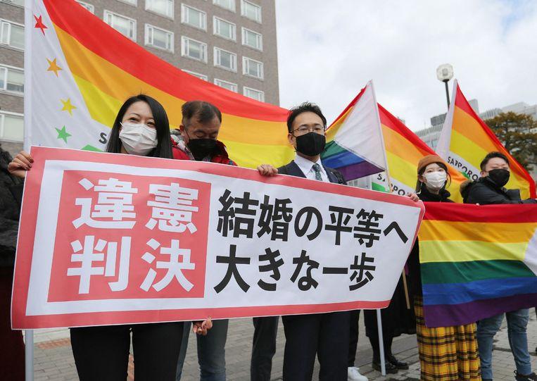 Activisten betuigen hun steun voor de rechten van lhbti'ers bij de rechtbank in Sapporo.  Beeld AFP