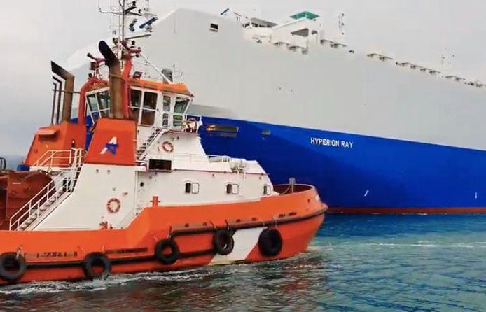 Op de achtergrond het schip Hyperion Ray, dat werd beschoten.