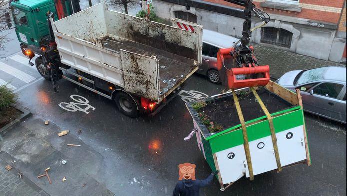 L'abri à vélo financé par la Région a été ôté de l'espace public par la commune ce jeudi