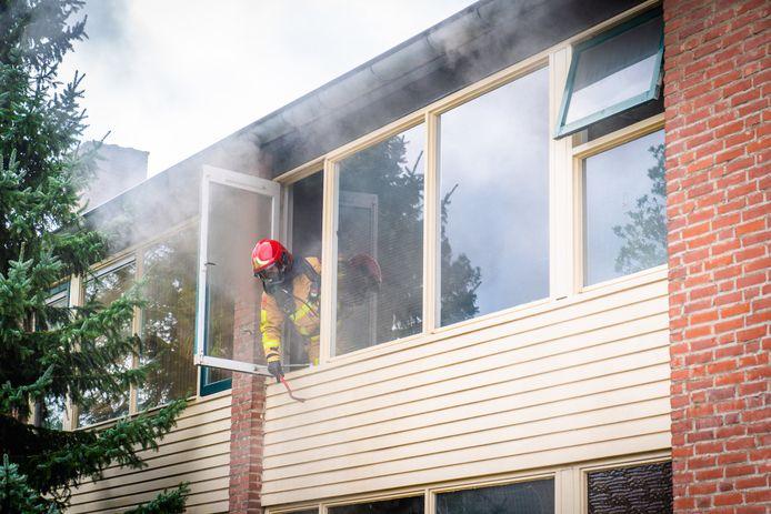 De brandweer heeft iemand uit een woning gered aan de Saturnusweg in Eindhoven.
