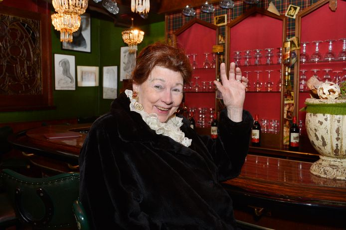 Pim van de Laar voor het laatst aan haar bar in De Beiaard