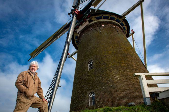 Rieks Eggens bij de monumentale Bronkhorster Molen. ,,Normaal gesproken is onze omzet jaarlijks rond de 2.000 euro. Nu tikken we de 4.000 aan. Elke euro is hard nodig, want wij draaien puur op vrijwilligers.''