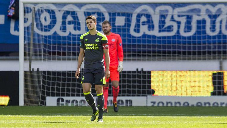 PSV-aanvoerder Marco van Ginkel loopt balend over het veld. Beeld ANP Pro Shots
