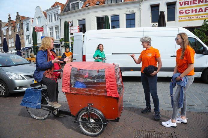 Willemien Treurniet, raadslid voor de CU in Middelburg, en Sanne Romback (15) uit Vlissingen spraken zaterdag mensen aan die fietsend vanaf de Langeviele naar de Markt wilden. Met wisselend succes.