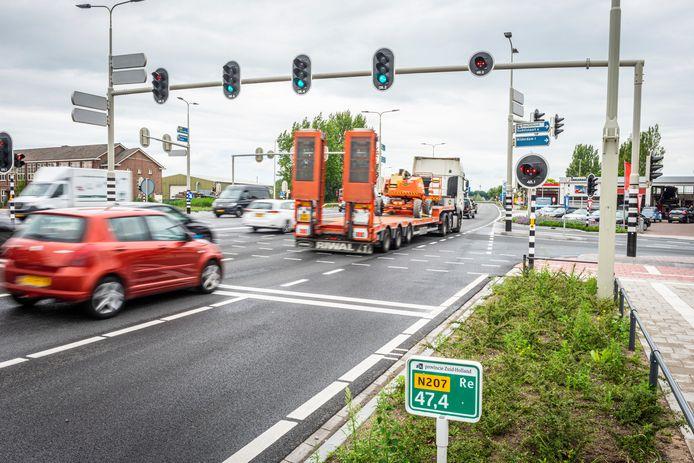 De drukke en volgens wethouder Yvonne Peters gevaarlijke kruising van de N207 met de Burgemeester Bakhuizenlaan in Leimuiden.