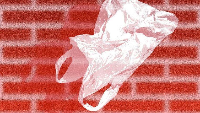 Op het postertje voor Maurice Bogaerts expositie staat een wit plastic zakje. Hoewel het hengels heeft en tegen een rode bakstenen muur zweeft, doet het onmiskenbaar denken aan Sam Mendes' portret van een depressieve huisvader in suburbia. Beeld Maurice Bogaert