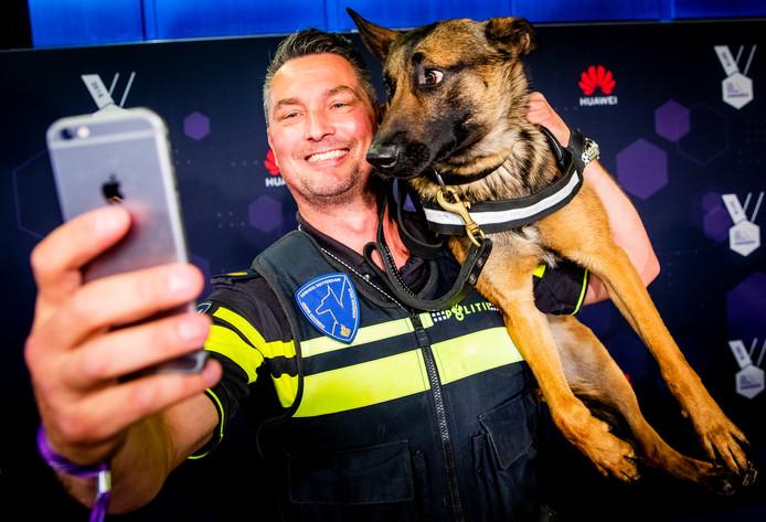 Politiehond Bumper en zijn instructeur vorig jaar bij de uitreiking.