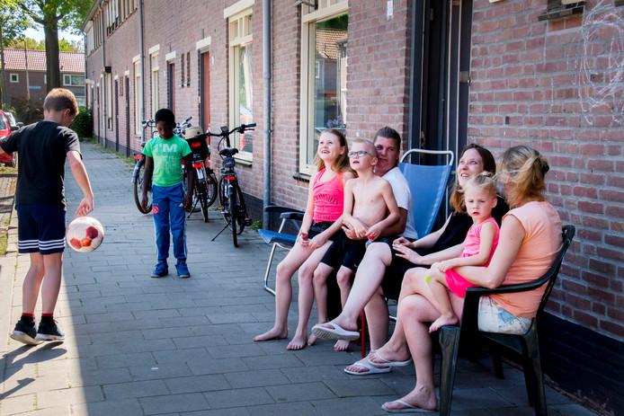 Met plastic stoelen op een warme dag voor op de Henri Verbuntstraat zitten, dat wordt alleen beboet als de veiligheid in het geding is.