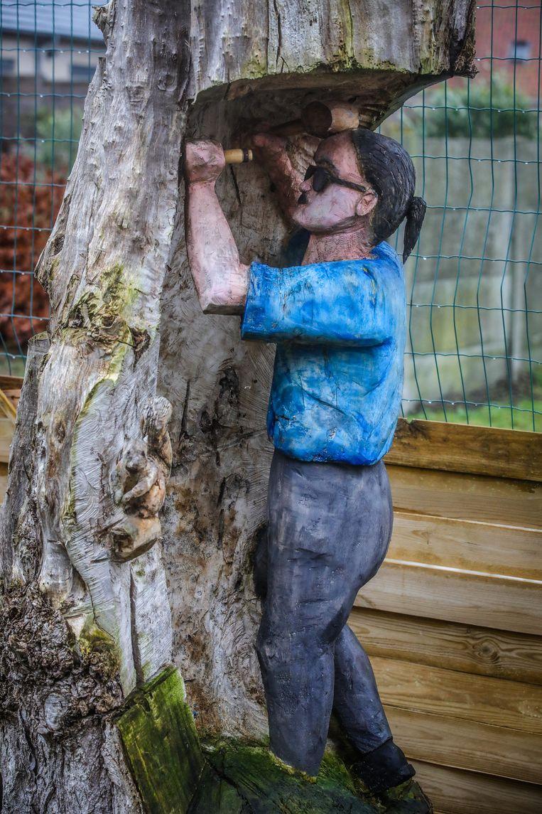 Oostende Chris Lowyck huis met komische voordeur: zelfportret gehouwen uit een oude boom