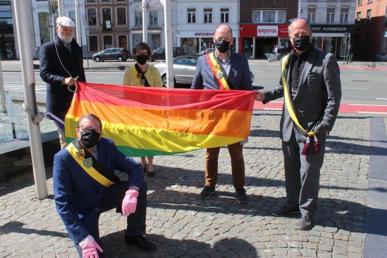 Schepen Danny Smessaert (vooraan) met enkele collega's van het stadsbestuur bij de regenboogvlag die nu wappert aan het stadhuis van Eeklo.