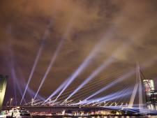 Zwaan slaat zijn vleugels uit: Erasmusbrug schijnt het songfestival tegemoet