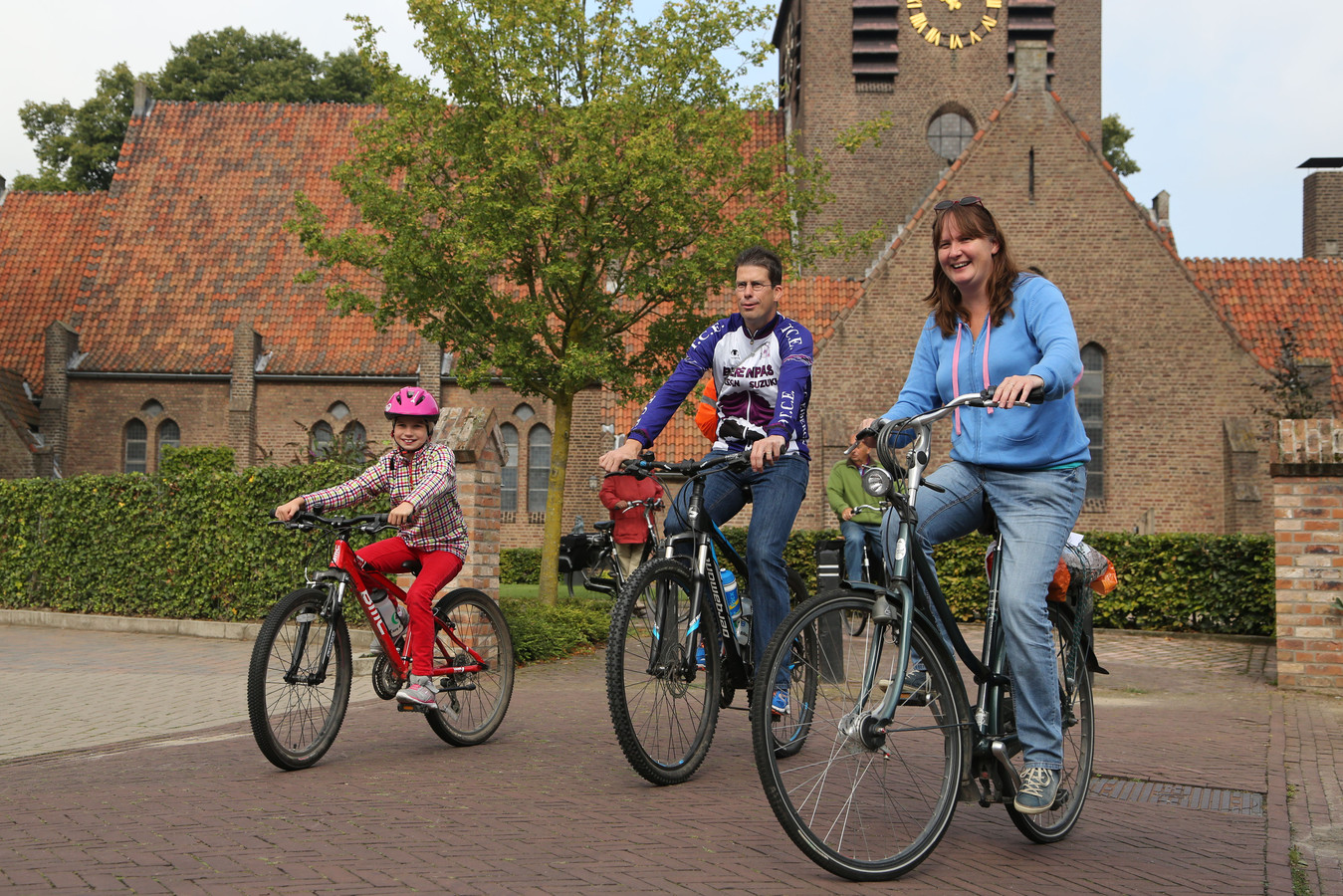 Burgemeester Joost van Oostrum met zijn vrouw Jacqueline en dochter Monika op de fiets in Eibergen, in 2014