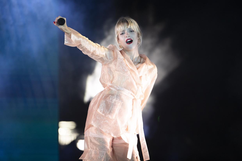 Angèle tijdens in een concert in Nice. Haar debuut 'Brol' ging in Frankrijk een half miljoen keer over de toonbank.  Beeld ISOPIX