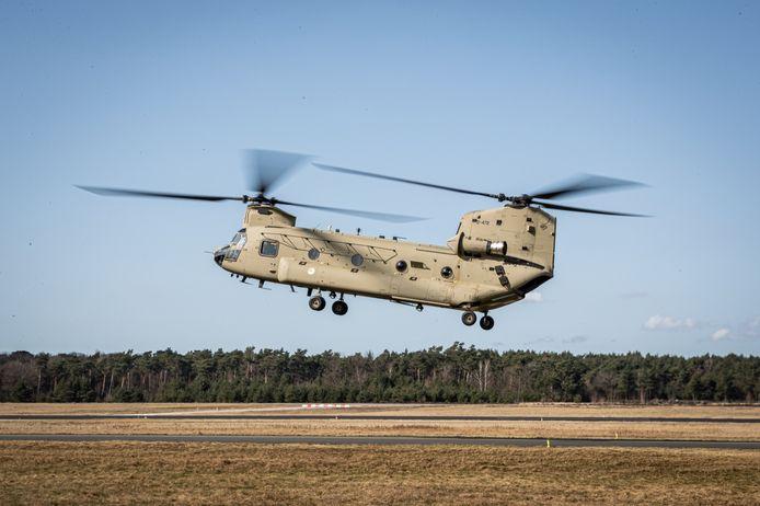 De eerste nieuwe CH-47F MYII Chinook-helikopter op Vliegbasis Woensdrecht. Die is daar na aankomst via de haven van Antwerpen tussen januari en april gemodificeerd en deze week op Gilze-Rijen overgedragen aan de Luchtmacht.