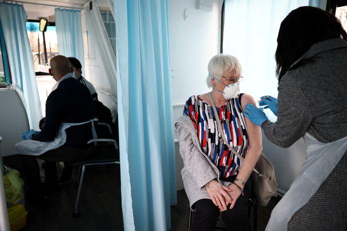 Une femme recevant un vaccin dans un centre de vaccination mobile à Londres, le 14 février dernier.