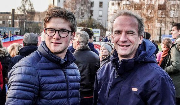 """Francois Oosterlynck en zoon Louis kwamen ook even de sfeer opsnuiven. """"Wij wonen hier vlakbij. Een cross zo dicht in de buurt, dat mochten we niet missen."""""""