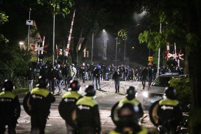 De ME grijpt in tijdens rellen na het mislopen van promotie door De Graafschap. Fans gooiden met zwaar knalvuurwerk en bleven na de wedstrijd tegen Helmond Sport hangen bij het stadion